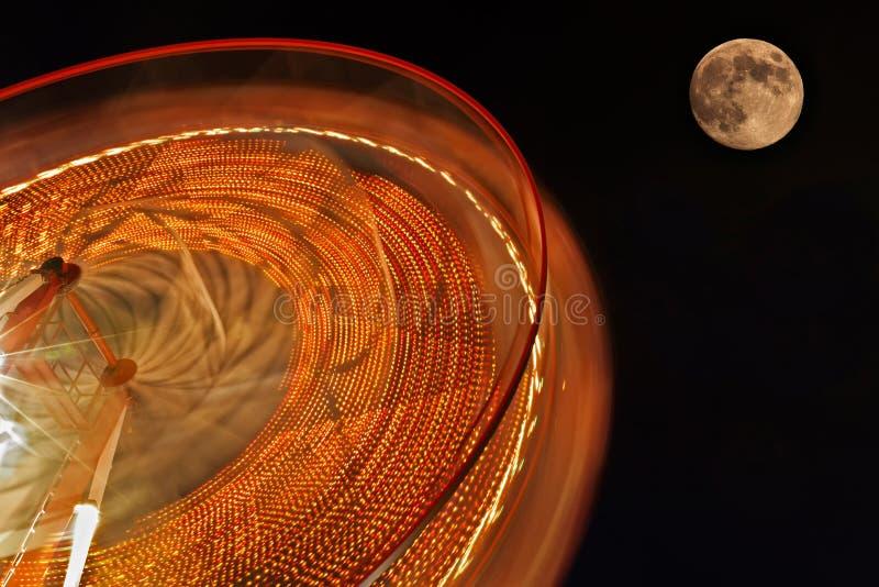 Roue de Ferris avec la pleine lune à l'arrière-plan. photographie stock libre de droits