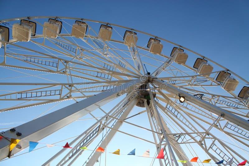 Roue de Ferris avec le ciel bleu photographie stock