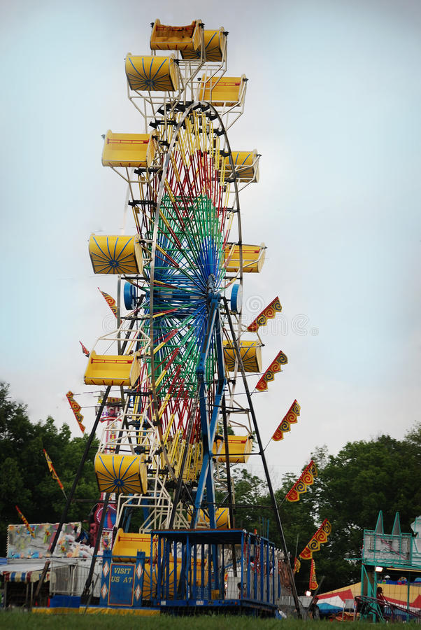 Roue de ferris colorée démodée à un carnaval au Kentucky rural photo stock