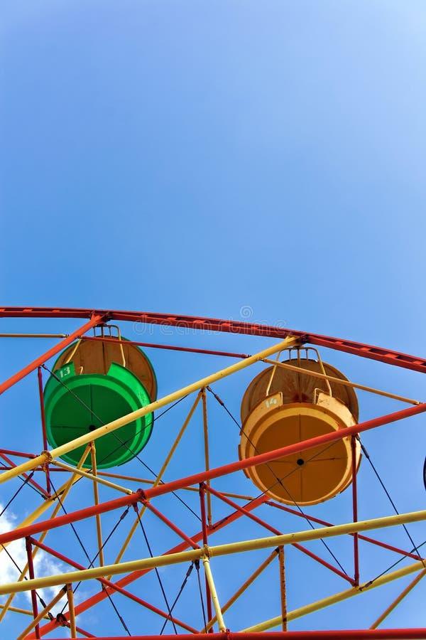 Roue de Ferris contre le ciel bleu photographie stock