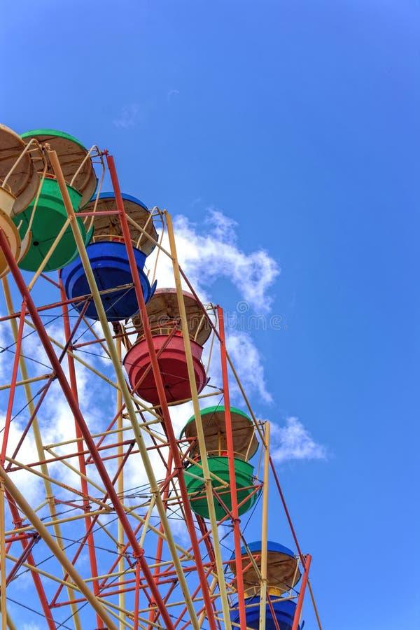 Roue de Ferris contre le ciel bleu photo libre de droits