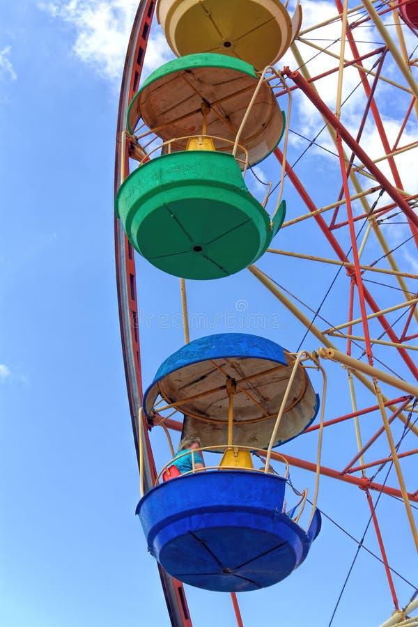 Roue de Ferris contre le ciel bleu photos libres de droits