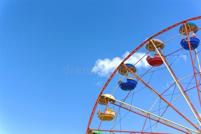 Roue de Ferris contre le ciel bleu images stock