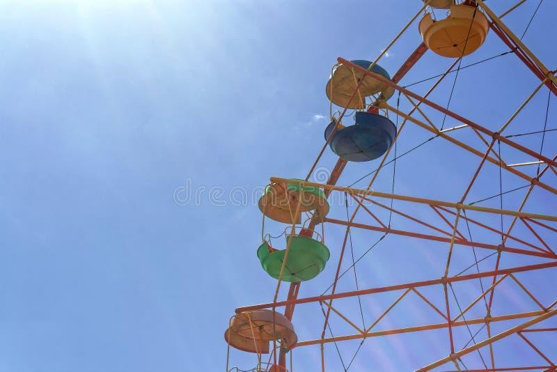 Roue de Ferris contre le ciel bleu photographie stock libre de droits
