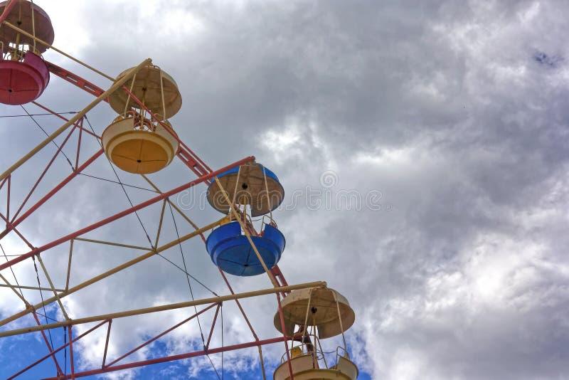 Roue de Ferris contre le ciel bleu image libre de droits