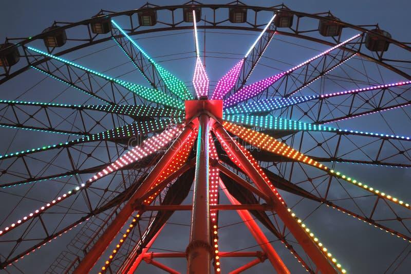 Roue de Ferris la nuit images stock
