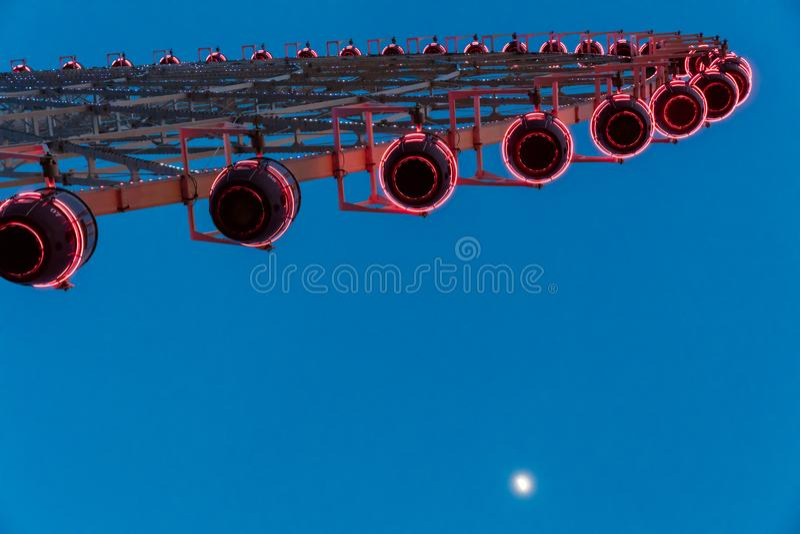 Roue de Ferris sur le ciel bleu photos libres de droits