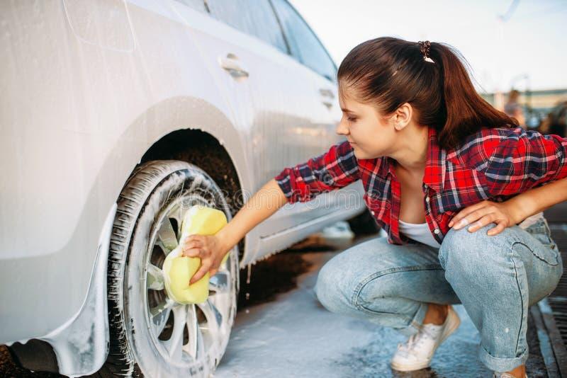 Roue de frottement de véhicule de femme mignonne avec la mousse photos stock