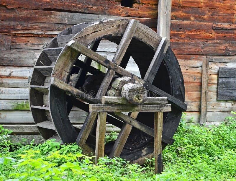 Roue de moulin à eau de cru images libres de droits