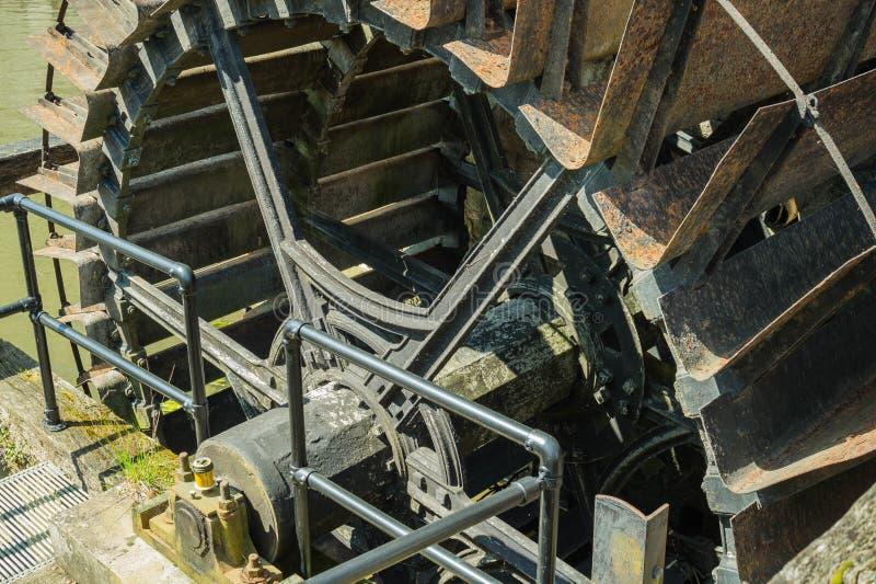 Roue de moulin à eau de vintage chez Warwick Castle photographie stock libre de droits