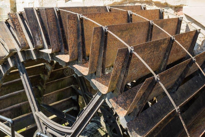 Roue de moulin à eau de vintage chez Warwick Castle images stock