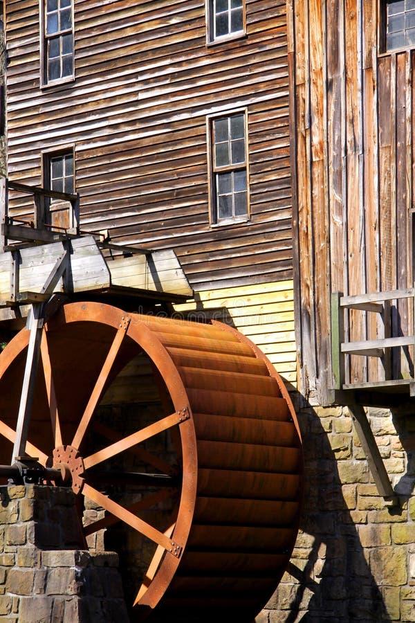 Roue de moulin de blé à moudre de crique de clairière images libres de droits