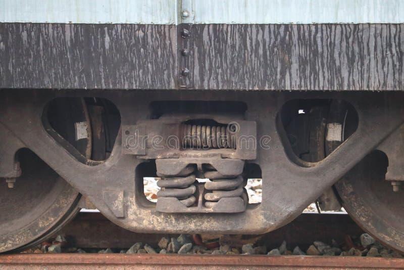 Roue de plan rapproché d'un train sur le chemin de fer à la station images libres de droits