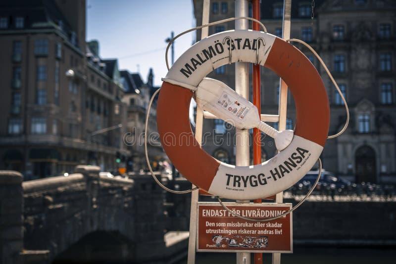 Roue de sauvetage dans la ville de Malmö, Suède photographie stock libre de droits
