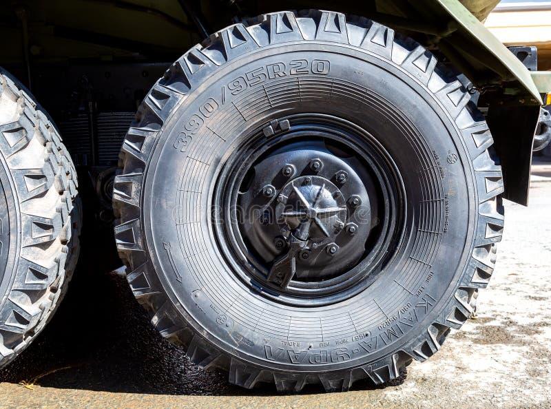 Roue de véhicule d'armée de camion d'Ural avec le pneu de Kama-Ural image stock