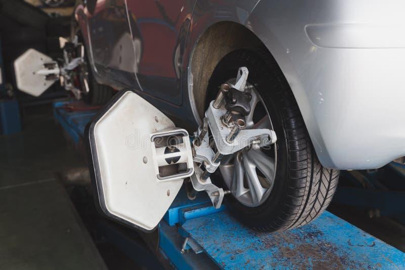 Roue de véhicule fixe avec la bride automatisée de machine de cadrage de roue image libre de droits