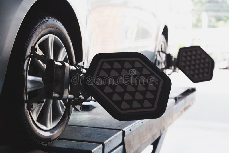 Roue de véhicule fixe avec la bride automatisée de machine de cadrage de roue photographie stock