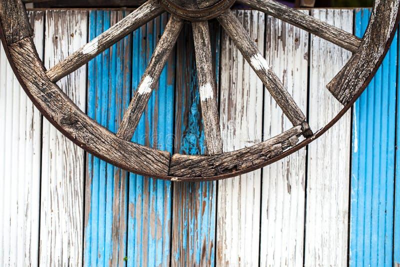 Roue de voiture de cheval et fond en bois image libre de droits