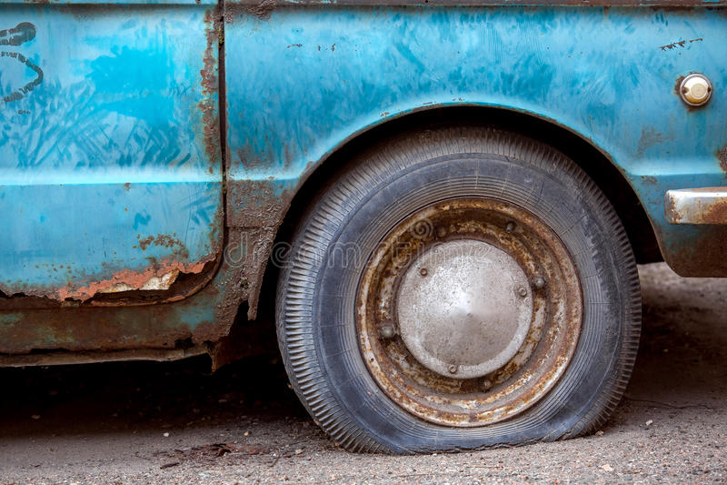 Roue de voiture de fuite de pneu photographie stock