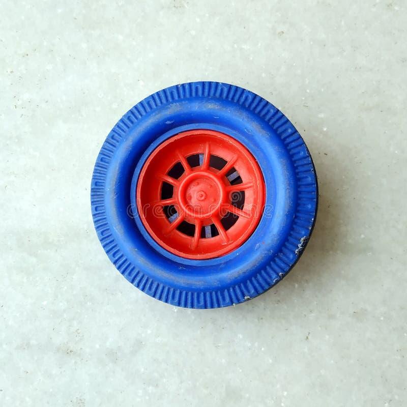 Roue de voiture de jouet d'isolement sur le fond blanc photo stock