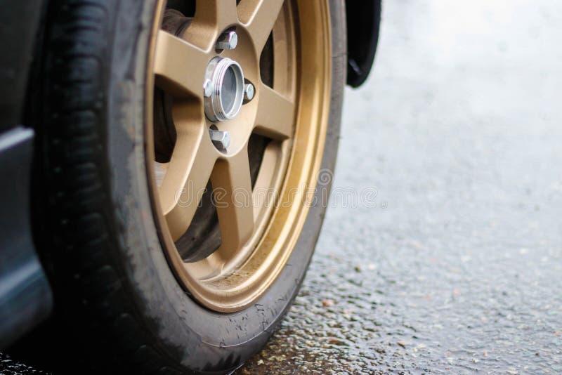 Roue de voiture de sport Beau disque de fonte de bronze de voiture Fin vers le haut photo stock