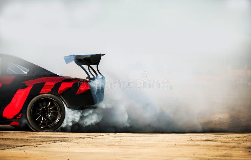 Roue de voiture de sport dérivant et fumant sur la voie photo libre de droits