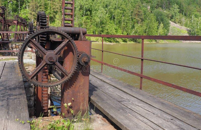 Roue dentée de vieux mécanisme de fermeture de barrage, cru photos stock
