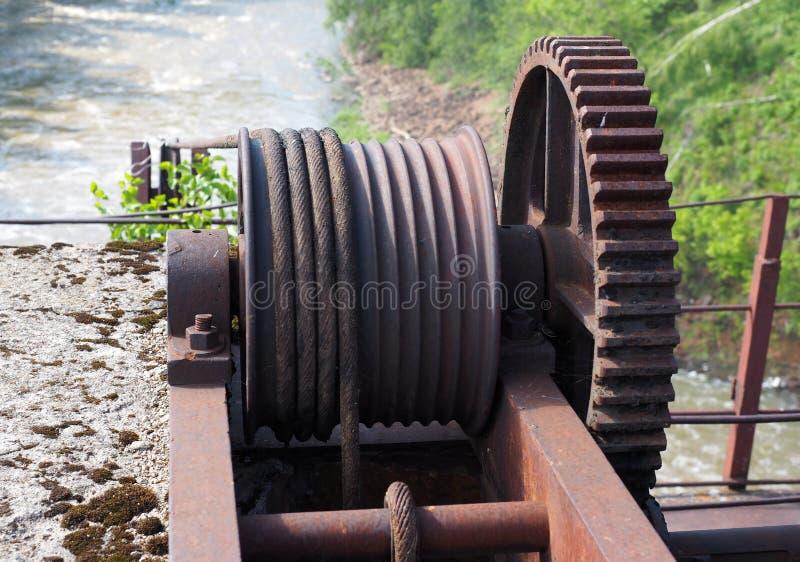 Roue dentée de vieux mécanisme de fermeture de barrage, plan rapproché image stock