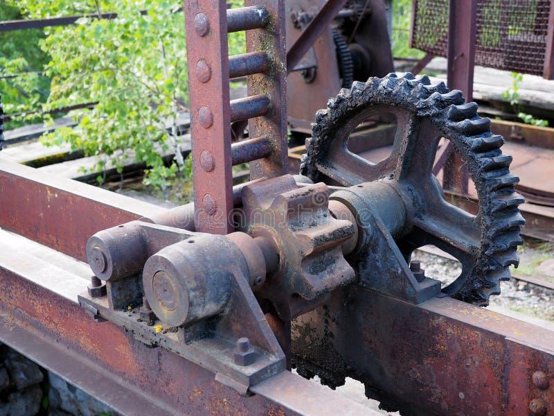 Roue dentée de vieux mécanisme de fermeture de barrage, plan rapproché photographie stock