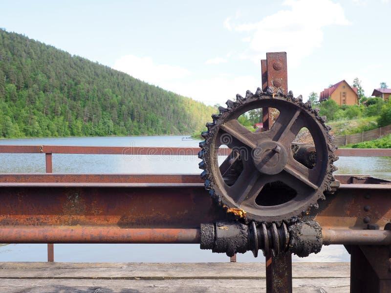 Roue dentée de vieux mécanisme de fermeture de barrage, siècle dernier images libres de droits