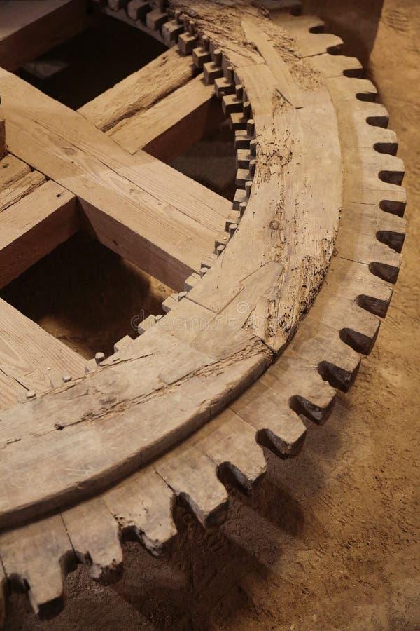 roue dentée en bois photographie stock libre de droits