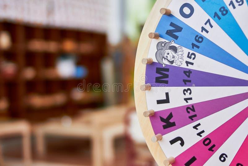 Roue en bois apprenant des lettres et des nombres images stock