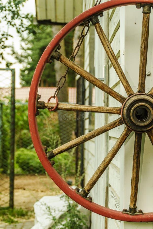 Roue en bois de chariot image stock