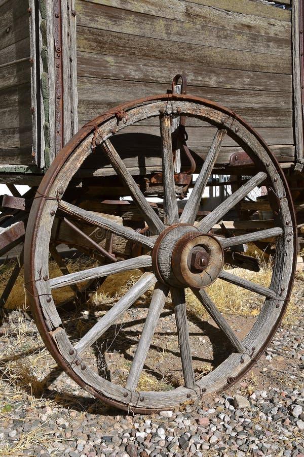 Roue en bois de Spoked d'un vieux chariot photographie stock libre de droits