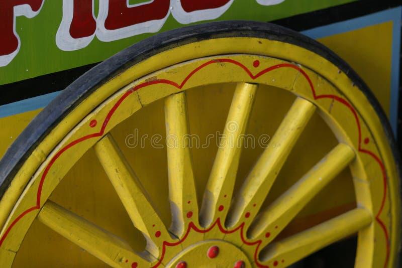 Roue en bois jaune image stock