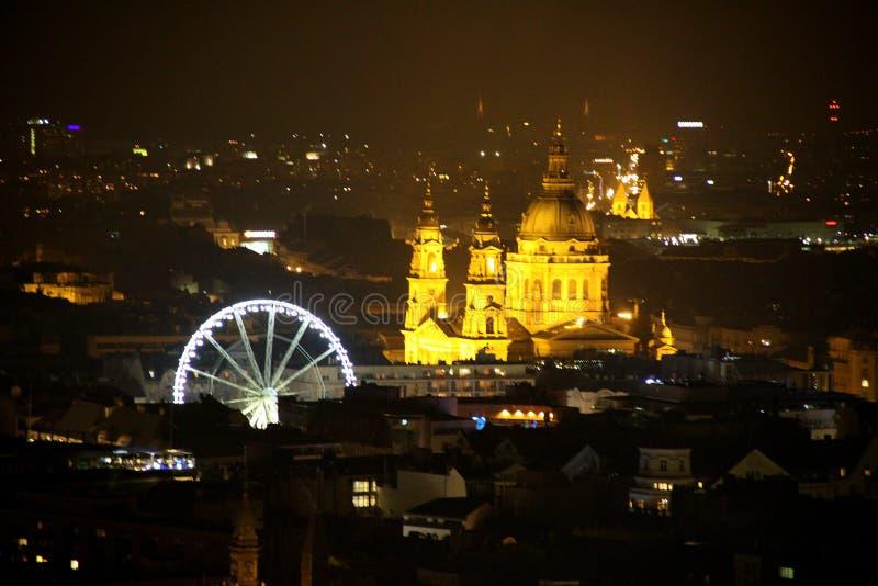 Roue et ville de nuit images libres de droits