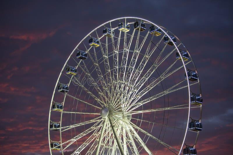 Roue Ferris illuminée avec un ciel magnifique et coloré à l'heure magique image stock