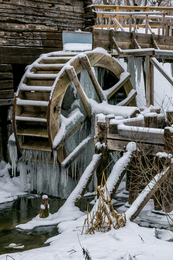 Roue hydraulique de vieux moulin à eau dans Krasnikovo, région de Kursk photographie stock