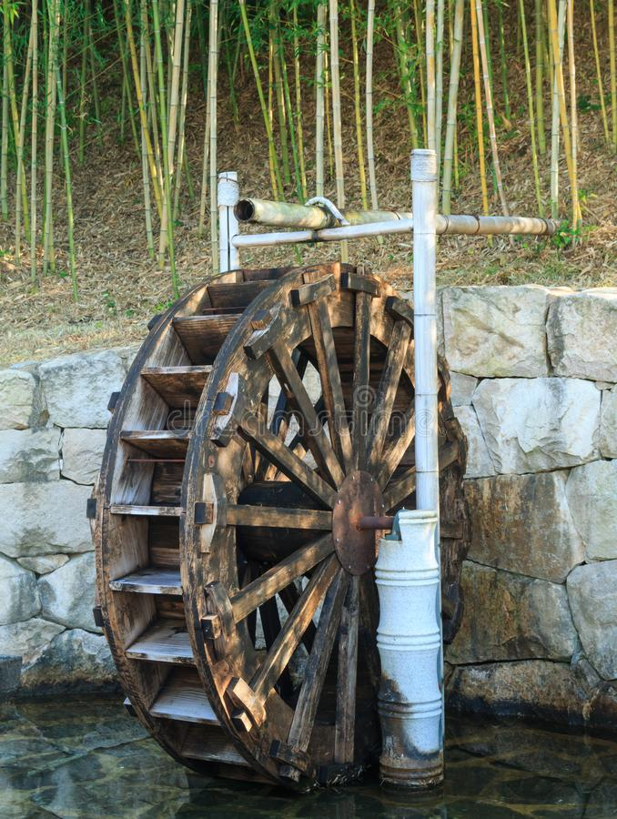 Roue hydraulique en bois traditionnelle photos libres de droits