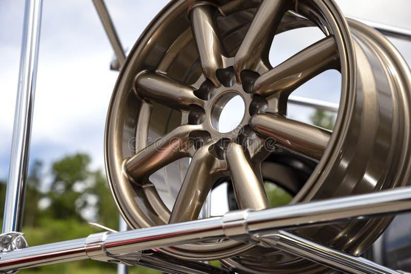 Roue moderne d'alliage en métal pour des voitures Étalage avec les jantes bronzées Côté de plan rapproché et vue de face images libres de droits