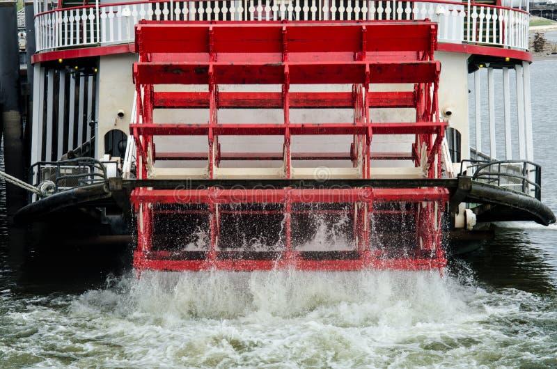 Roue rouge de bateau horizontale photographie stock