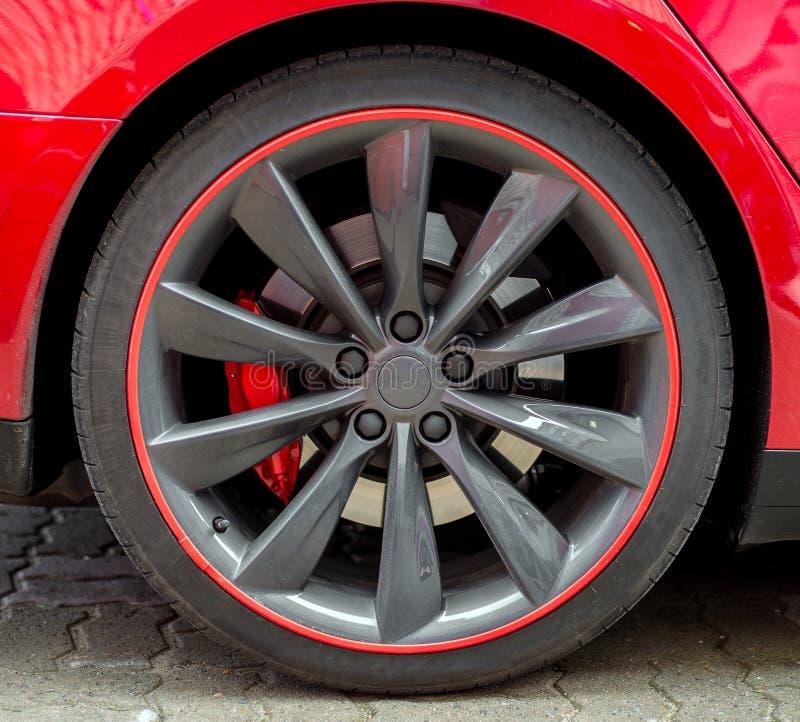 Roue rouge de voiture de sport image libre de droits