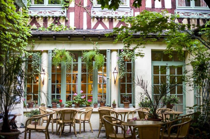 Rouen - corte del ristorante antico immagine stock