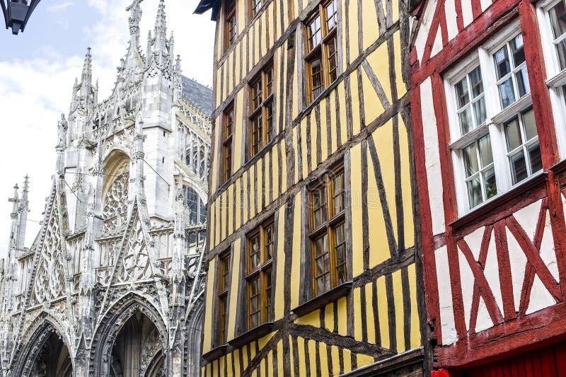 Rouen - extérieur des maisons et de l'église antiques photo stock