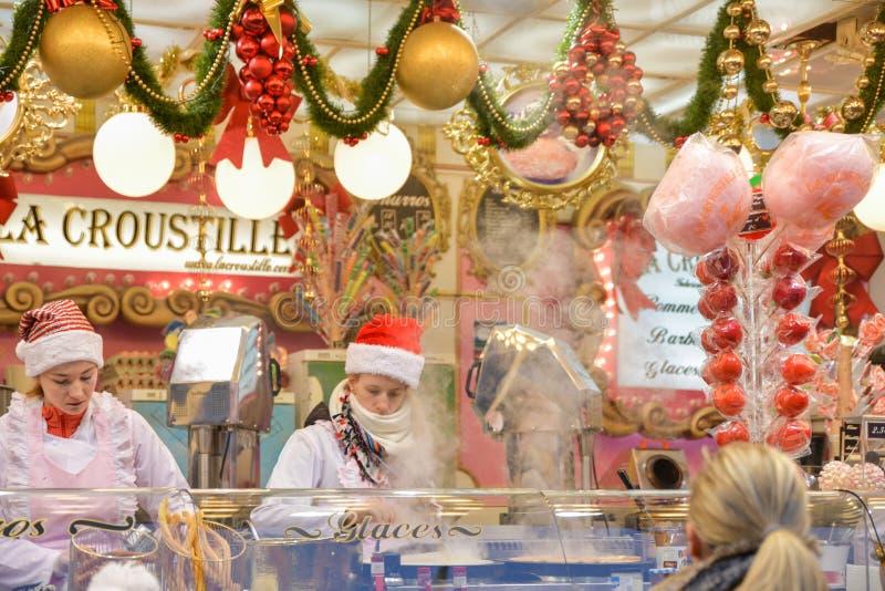 ROUEN, FRANCIA - 16 DICEMBRE 2018: Un chiosco decorato per Natale con caramelle alla fiera europea immagini stock