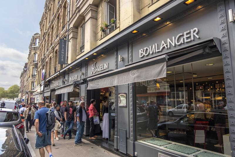 Rouen Francja, Sierpień, - 19, 2018: Ludzie czeka wchodzić do sławnego ciasto sklep w Rouen france Normandia zdjęcia stock