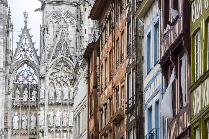 Rouen - Kathedraal en huizen stock afbeelding