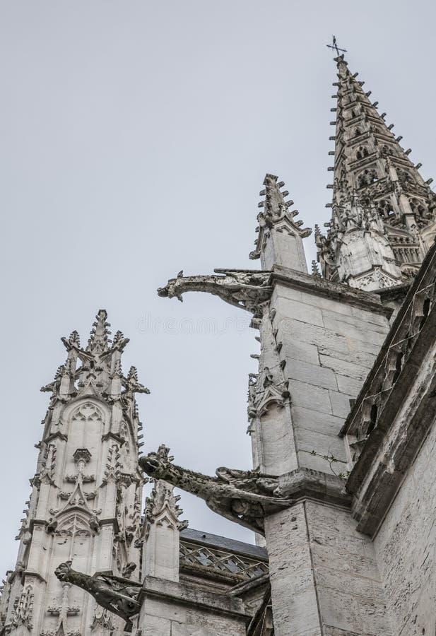 Rouen, Normandië, Frankrijk - een witte kerk/gargouilles stock fotografie