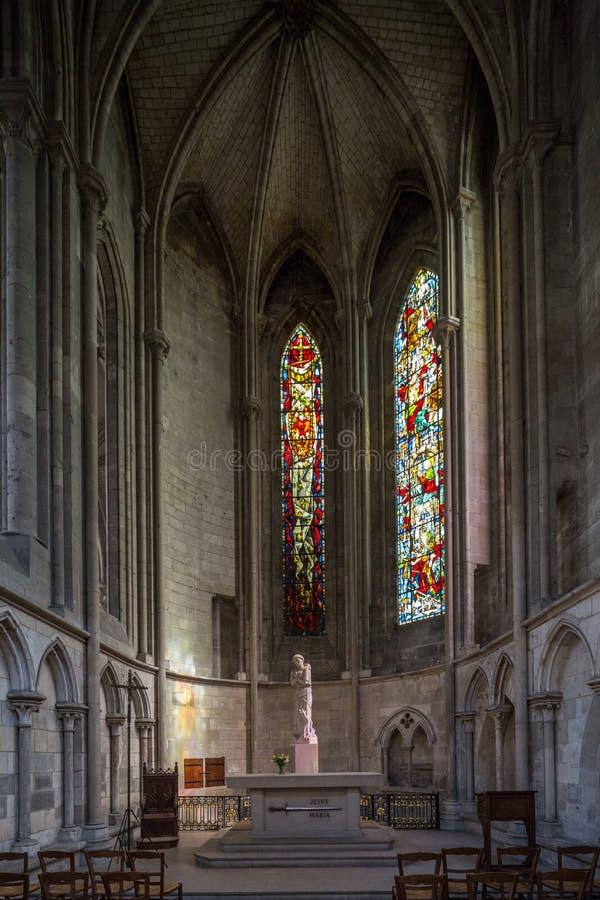Rouen, Normandië, 4 Mei 2013 - een klooster in Notre Dame de Rouen Cathedral met het overweldigen van gebrandschilderd glas stock afbeelding