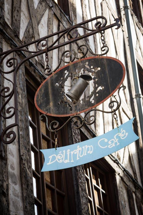 Rouen Normandie am 4. Mai 2013: Wunderliches Cafézeichen mit einem Zinnbecher stockfotos